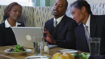groep zakenmensen die elkaar ontmoeten in restaurant video