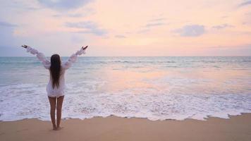 la donna asiatica si diverte intorno alla bellissima spiaggia mare oceano video