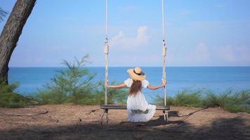 mujer asiática disfrutar alrededor de la hermosa playa mar océano video