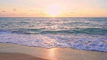 bel tramonto sulla spiaggia tropicale e sul mare video