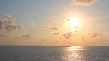 beau coucher de soleil sur la plage tropicale et la mer video