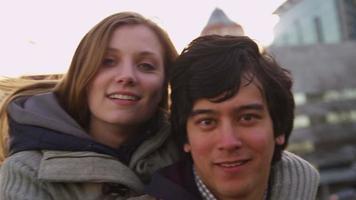 ritratto di giovane coppia al parco cittadino, rallentatore video