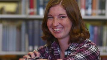 Porträt eines College-Studenten in der Bibliothek video
