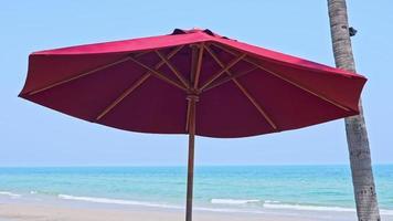 schöner tropischer Strand Meer Ozean mit blauem Himmel und weißer Wolke and video