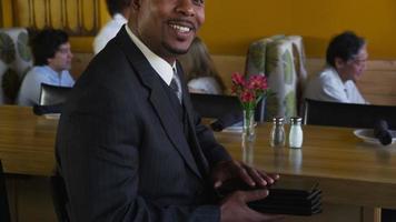 retrato del exitoso dueño de un restaurante video