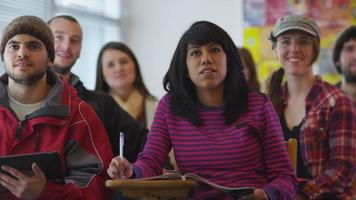 Student im Klassenzimmer Hand heben video