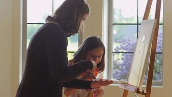 kvinna och dotter målar tillsammans video
