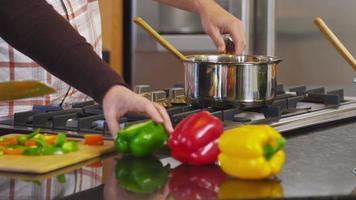 couple dans la cuisine préparent ensemble le repas, gros plan video
