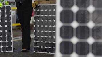 les travailleurs de l'industrie planifient l'installation de panneaux solaires video
