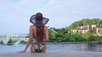 asiatisk kvinna koppla av och njuta av utomhuspoolen video