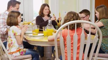 familjen äter middag tillsammans video