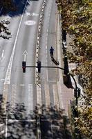 hombre con bicicleta en la calle foto