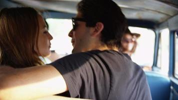 groupe de jeunes en voyage sur la route video