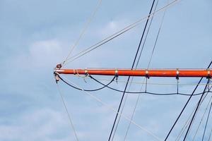 Mástil de madera de velero en el puerto marítimo foto