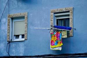 ventana en la fachada azul de la casa foto