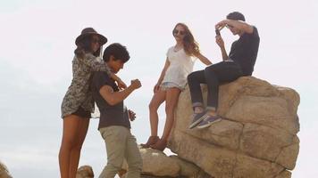 groupe de jeunes sur les rochers video