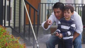 far och son vattna växter i gården video