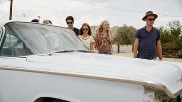 groupe de jeunes amis en voyage sur la route video