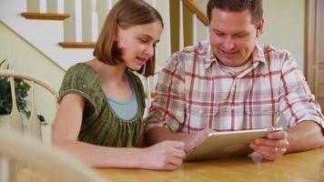 far och dotter med digital tablet video