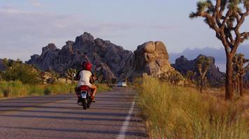 moto sur autoroute. désert californien au coucher du soleil video