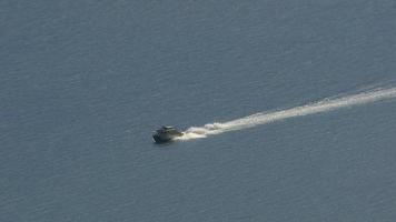 flygfoto av båt i Alaska sundet. zooma ut. video