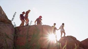 groupe de jeunes en voyage sur la route escalader des rochers video