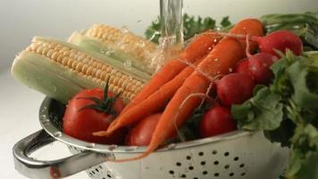éclaboussures d'eau sur les légumes frais, ralenti video