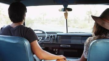 jeunes en voyage sur la route conduisant une camionnette video