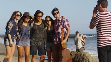 groupe de jeunes ensemble à la plage video