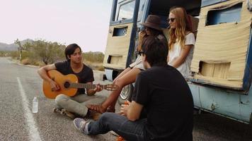 grupo de jóvenes sentados juntos en la camioneta video