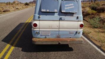 fourgon sur autoroute. désert californien. video