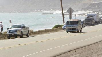 groupe de jeunes en voyage sur la route au volant d'un vieux van video