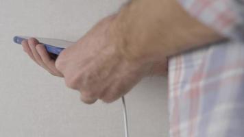 smartphone carregando com um cabo de carregamento video