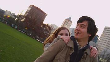 giovane coppia che gioca al parco cittadino, rallentatore video