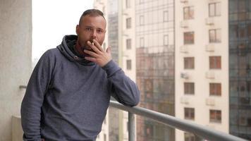 chico fumando un cigarrillo video