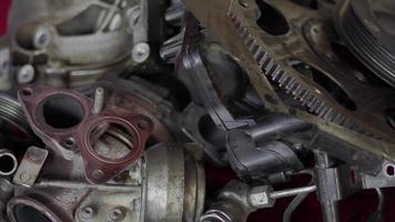 Piezas del motor de coche de óxido deteriorado en el taller video