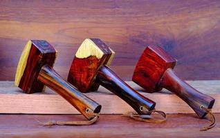 Juego de martillo mazo de madera hecha de palo de rosa herramienta hecha a mano de Tailandia para ser utilizada por un carpintero en el taller en el antiguo banco de trabajo foto