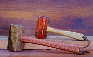 Juego de martillo mazo de palo de rosa y herramienta de madera padauk hecha a mano en Tailandia para ser utilizada por un carpintero en el taller en el antiguo banco de trabajo. foto