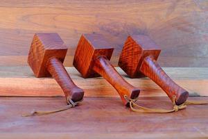 Juego de martillo mazo de madera de padauk y herramienta hecha a mano de Tailandia para uso de un carpintero en el taller en el antiguo banco de trabajo. foto