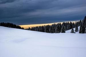 paisaje alpino nevado al atardecer foto