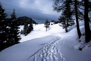 pistas a través de la nieve y las nubes. foto