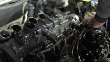 Reemplazo del filtro de aceite del automóvil diesel en las imágenes del taller de reparación video
