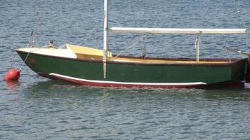 Altes leeres Fischerboot und Meereswellen-Filmmaterial video
