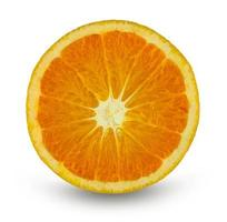 Rebanada de fruta naranja sobre fondo blanco. foto