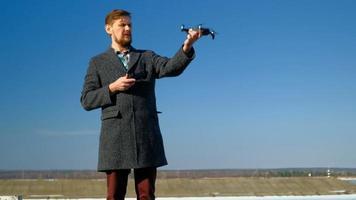 un homme utilisant un drone avec une télécommande video