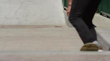 skateboarder gör trick på skatepark video