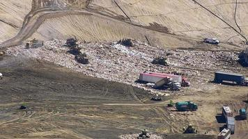 foto aérea de caminhões e tratores trabalhando em aterro sanitário video