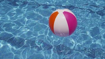 färgglad strandboll som flyter i poolen. skott på red epic för högkvalitativ 4k, uhd, ultra hd upplösning. video