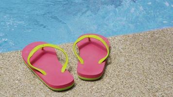 sandaler som ligger vid poolen, costa rica. skott på red epic för högkvalitativ 4k, uhd, ultra hd upplösning. video