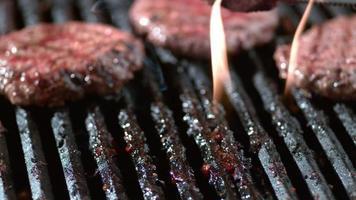 hamburgers op grill in slow motion, geschoten op phantom flex 4k video